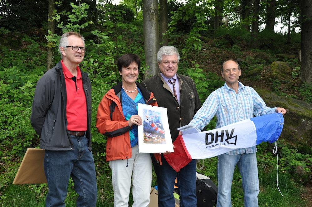 Bürgermeister Gernsbach, Dieter Knittel, OB Baden-Baden, Margret Mergen, Vorsitzender DHV, Charlie Jöst, und Vorstandsvorsitzender GSV Baden, Rainer Ganster, eröffnen den erweiterten NO-Startplatz am Merkur.