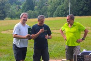 Edel-Assistent und Organisator 2016, Werner Axtmann (Mitte), überreicht Organisator 2017, Oliver Zind (li.), die Ehren-Medaille in flüssig