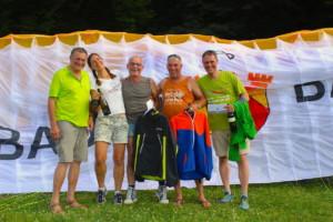 Die Gewinner: Maren Scheurer (3. Platz, 2.v.l.), Klaus-Peter Schilli (1. Platz, 3.v.l.), Bernd Müller (4. Platz, 2.v.r.) und Henning Meyer (5. Platz, re.), Niels Bär (2. Platz) war schon wieder in der Luft